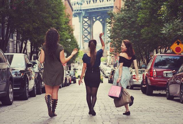 歩きながら会話を楽しむ女性たち