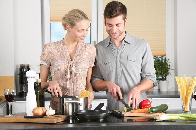 料理を楽しむ2人