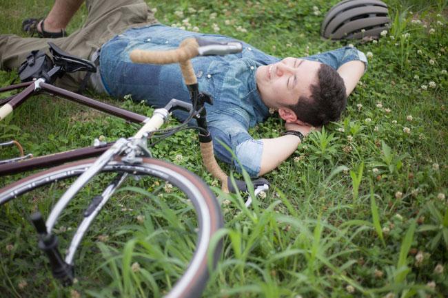 趣味に興じ休息を取る男性