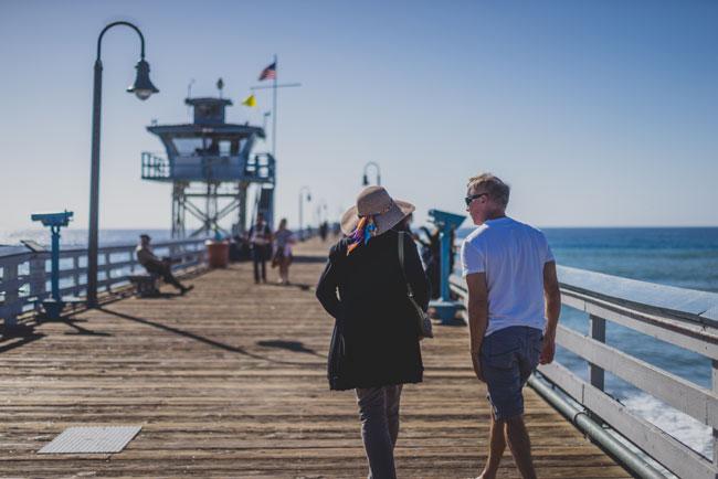 桟橋を散歩するカップル
